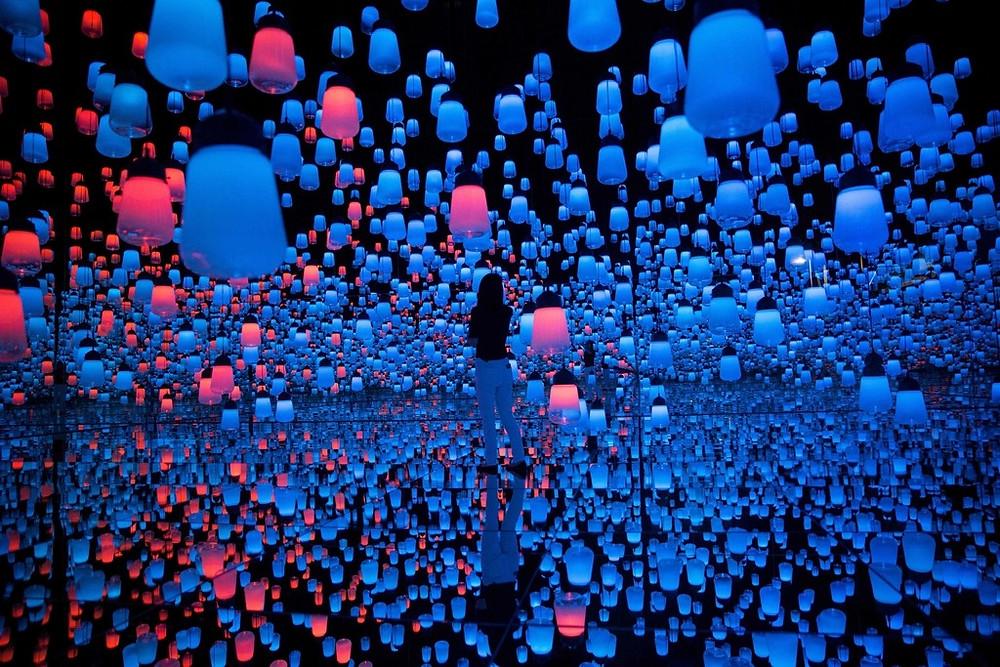 美術館利用燈光和鏡,讓萬千盞吊燈出現在觀眾頭上。(法新社圖片)