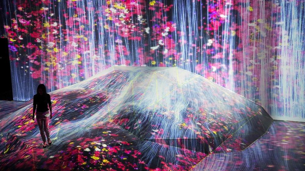 teamLab在東京開設的藝術館共有約50個裝置,例如由花組成的瀑布從牆上流瀉,直到地面。(法新社圖片)