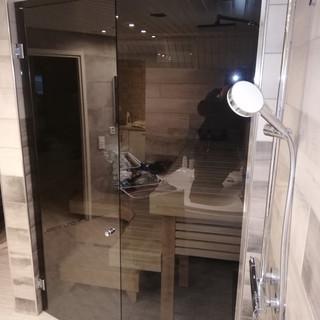 Harmaa saunan lasiseinä