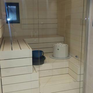 Valkoinen sauna lasiseinällä