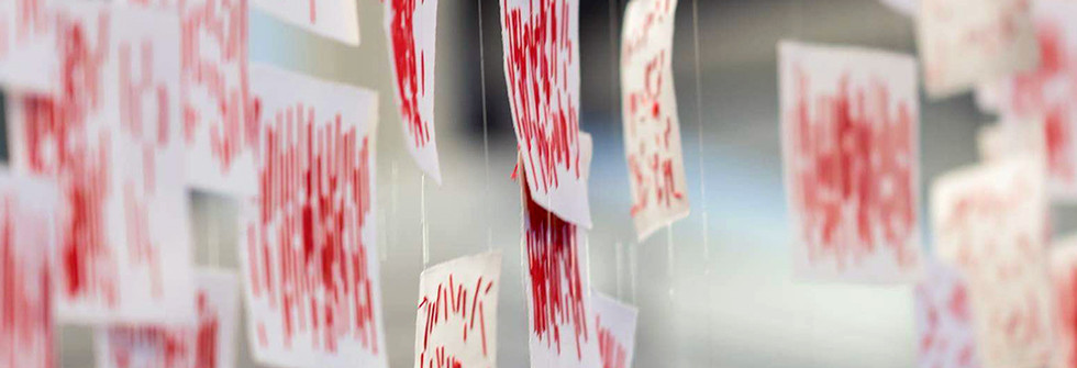 164,495, Installation cartes postales, Broderie fil de coton sur papier, environ 2 m x 3 m à la San Francisco Design Week, 2018