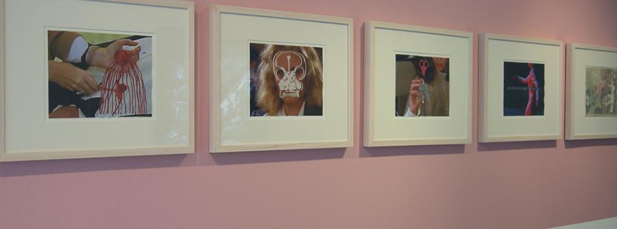 Vue d'exposition à la Galerie Odile Ouizeman, Broderies et photographies sur toile, 22 x 28 cm, 2009