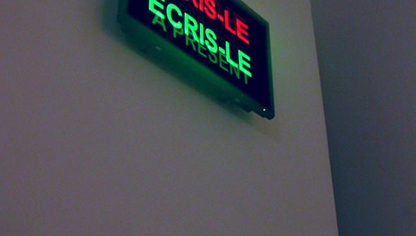 """Vue d'exposition """"Le sourire des glaciers"""" au Musée d'Art Roger Quilliot, Pensées, vidéo en boucle sur écran plasma, 2006"""