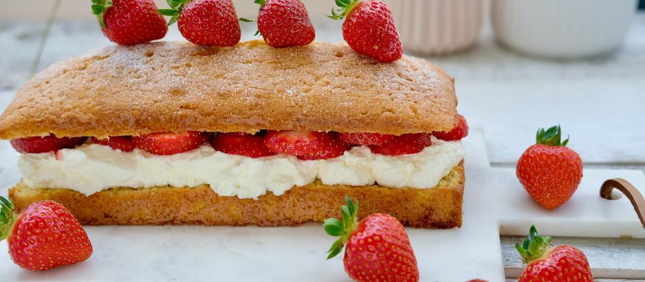 Zitronenkuchen mit Erdbeeren und Sahne