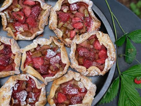 Erdbeer-Rhabarber-Galettes mit Vanille und Marzipan