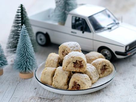 Weihnachtsplätzchen gefüllt mit Datteln und Walnüssen