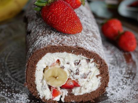 Bananen-Erdbeer-Biskuitrolle