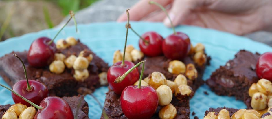 Schoko-Haselnuss-Brownies mit Kirschen