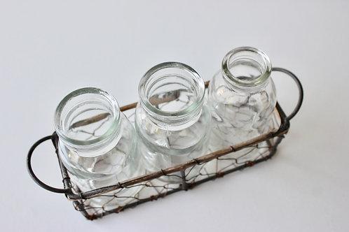 Petites bouteilles en verre avec panier