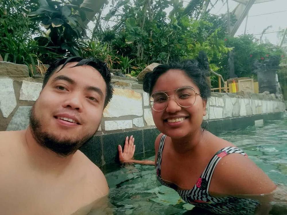 Deon (L) en Fariel (R) in a pool.