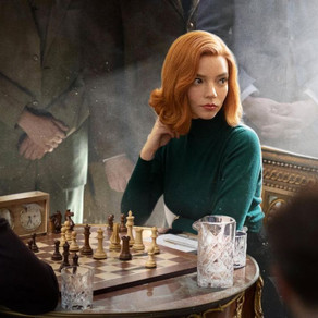"""Charakteristischen Haar- und Beautylooks von Beth Harmon """"Das Damengambit"""" auf Netflix."""