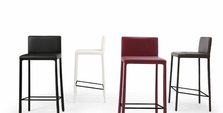 Chair Julia Nunes