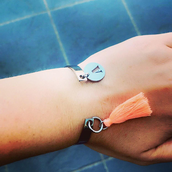 Bracelet ouvert ouvert pampille ajourée + pompon