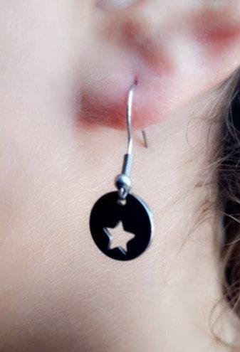 Boucle d'oreille col de signe étoile ajouré acier