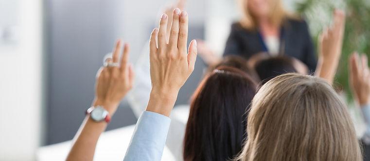 Group-of-kobiet-głosowanie, podczas-semi