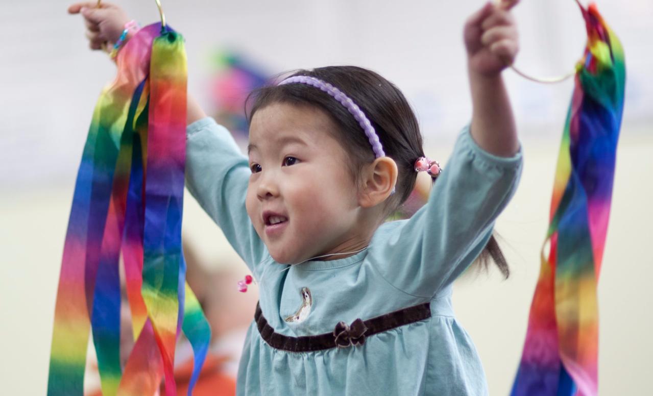 Photo-Kindermusik-Preschooler-Girl-Ribbon-Play-2_edited.jpg