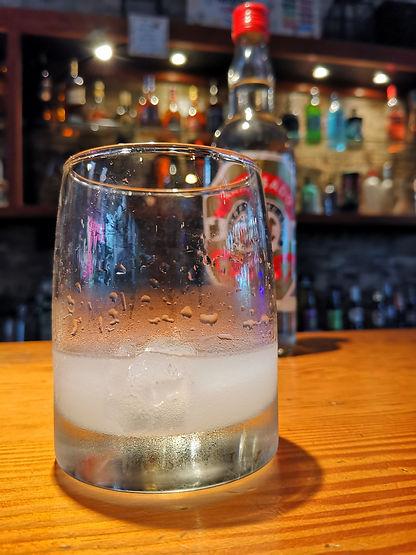 coctel anisado con hielo