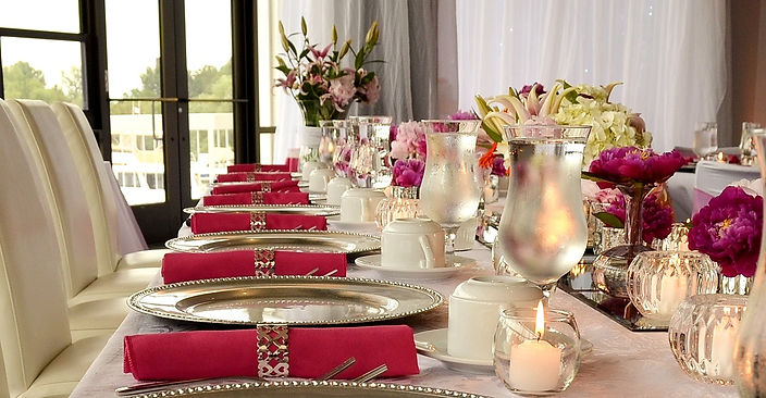 LAGO%20head%20table%20peonies%20chargers