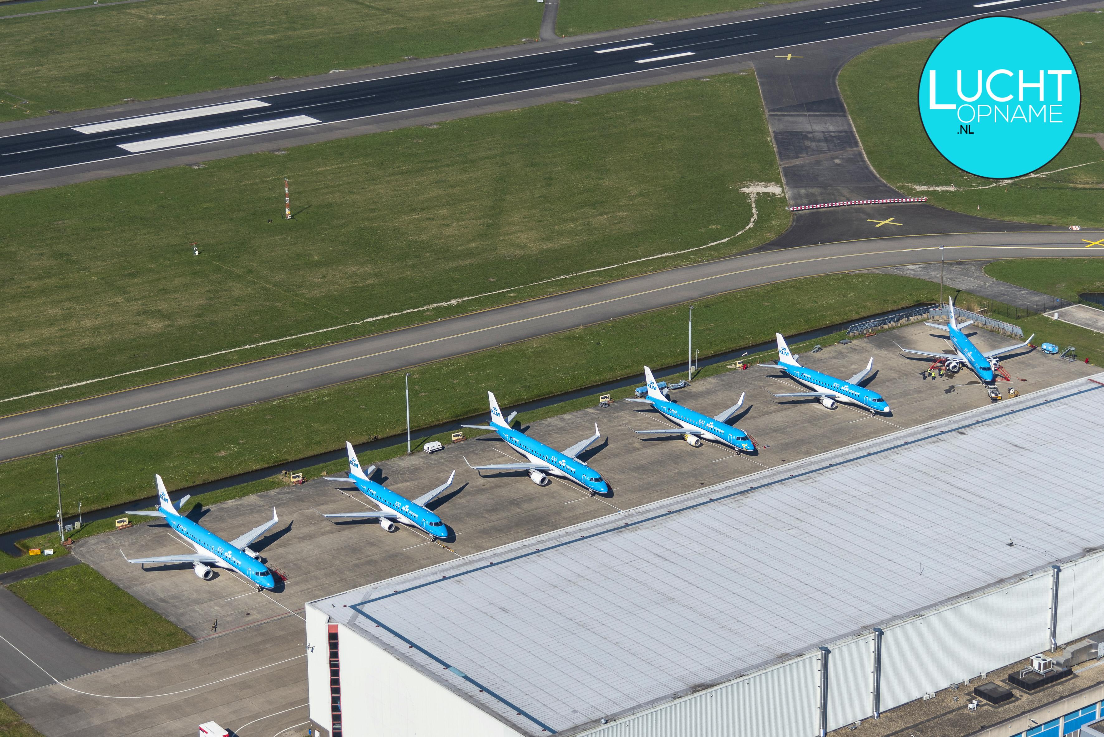 Vliegtuigen van KLM aan de grond door Corona