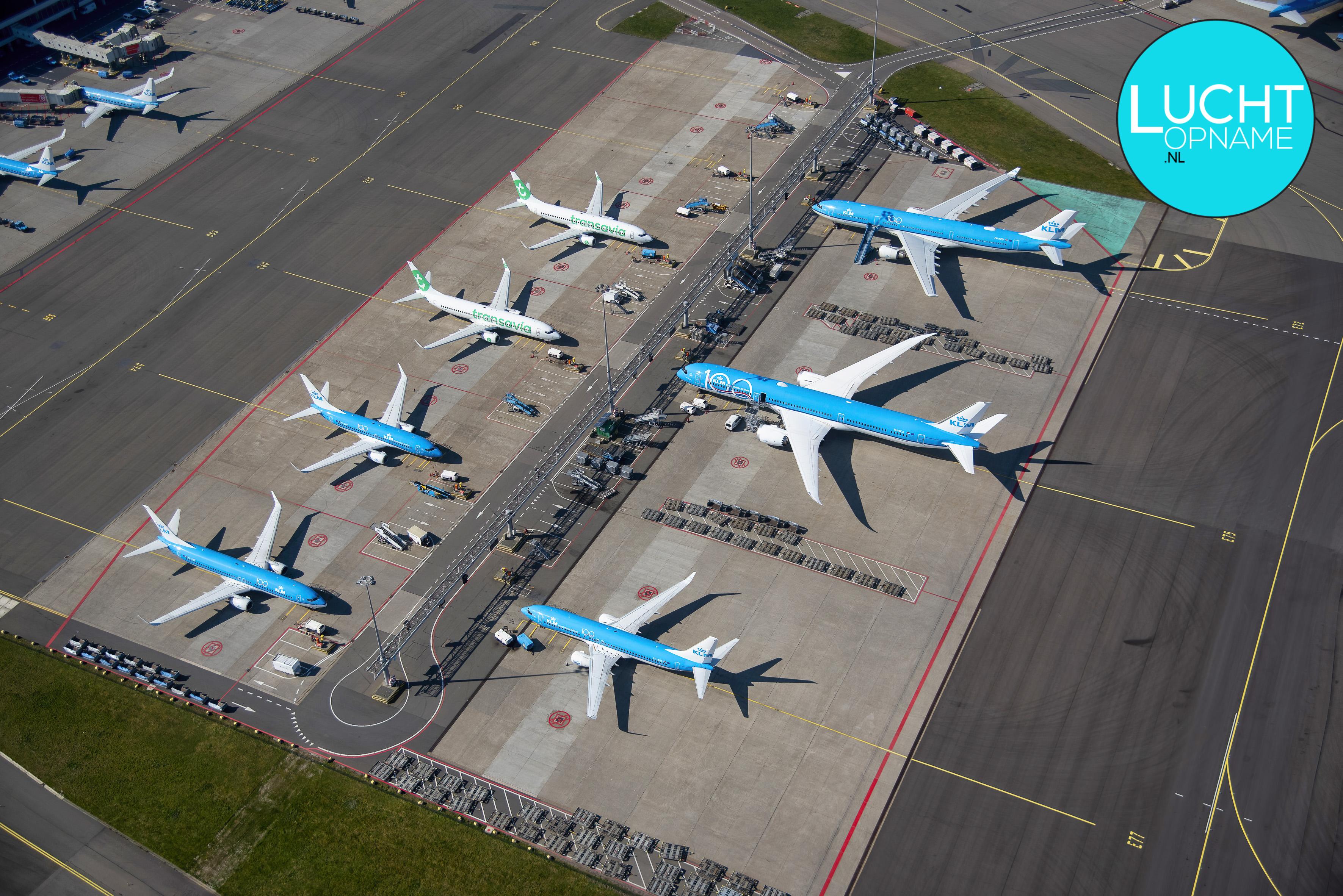 Vliegtuigen aan de grond op Schiphol door Corona