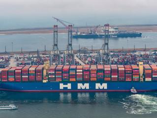 [LUCHTFOTO'S] Grootste containerschip ter wereld meert aan in Rotterdam