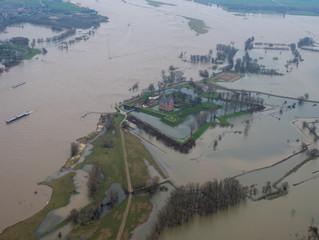 Luchtfotografie hoog water bij De Waal - Slot Loevestein