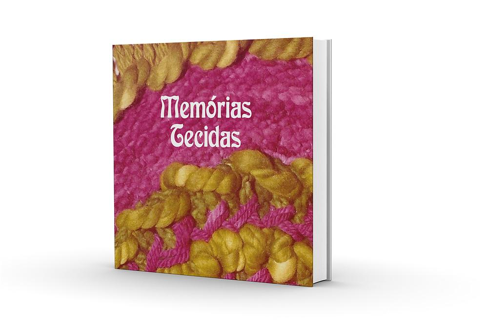Reprodução da capa do livro Memórias Tecidas, com o título da obra escrito em letras brancas, centralizado na parte posterior. Como imagem de fundo, uma fotografia de uma das tapeçarias elaboradas pela biografada, em tons de rosa e amarelo.