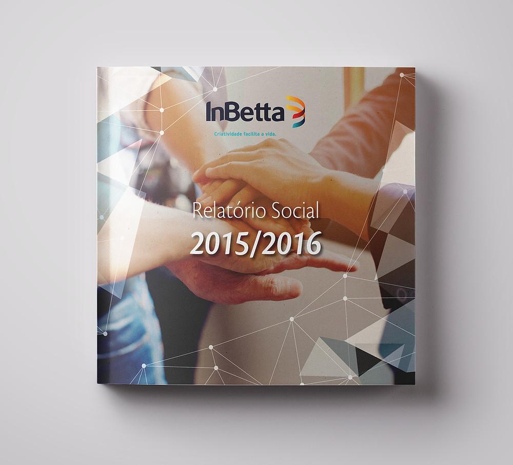 Reprodução da capa do Relatório Social 2015/2016 da InBetta. O logotipo da empresa está centralizado na parte superior. O título da publicação está no meio da capa da publicação, que formato quadrado. Como imagem de fundo, mãos de várias pessoas unidas umas sobre as outras.