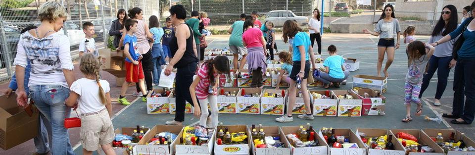 חלוקת סלי מזון למשפחות נזקקות