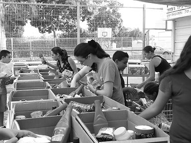 תלמידי תיכון מתנדבים בעמותת רעים הוד השרון