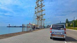 Mit dem Kleinbus führt Sven Vogel zu beliebten Häfen der Insel Rügen.