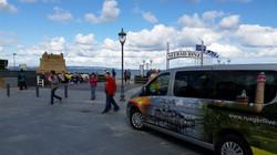 Kleinbus an der Binzer Seebrücke
