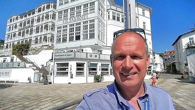 Guide Sven Vogel vor der Altstadt von Sassnitz