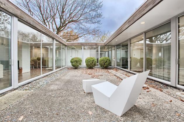 Mid-century-house-in-Urbana-Illinois-atrium-plastolux-7