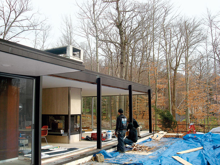 goddard-mendolene-residence-house-exterior-side-with-three-workers-facing-living-room