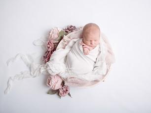 Natürliche und zarte Neugeborenenfotos mit stolzem großen Bruder - Frankfurt