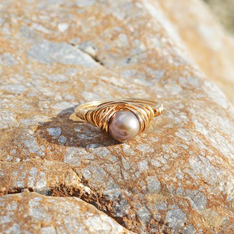 Perle d'eau douce, tissage de fil plaqué or