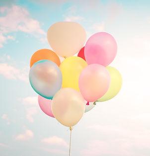 בלונים מרחפים בשמים -צבעוניים