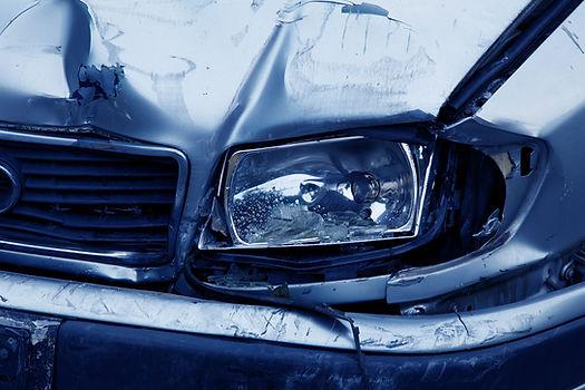 Reparatur von Unfallschäden. Das beschädigte Auto ist ein Hinweis auf die Fachanwaltschaft für Verkehrsrecht von Rechtsanwalt Raupach