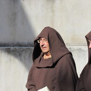 Lo storico Franco Michele Greco nei panni di un monaco francescano con un confratello