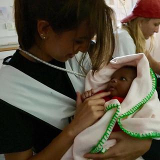 Un neonato tra le braccia