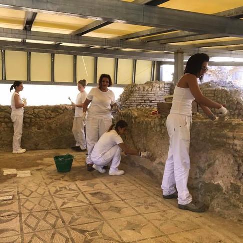 In gruppo nel parco archeologico di Gioiosa Ionica