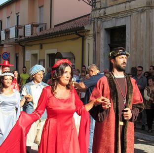 La partenza del corteo storico da Via XXIV Maggio che rievoca l'arrivo dei Calderai di Dipignano a Ponti, in Piemonte