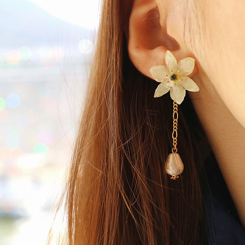 Real allium cowanii earrings with cotton pearl | modeled