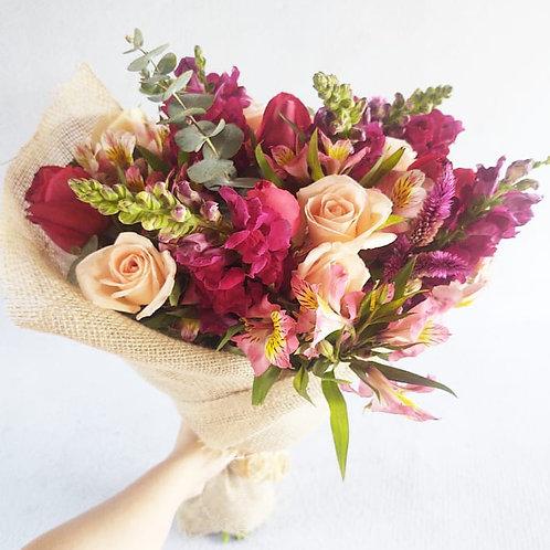 Ramalhete G com flores nobres embrulhados na juta