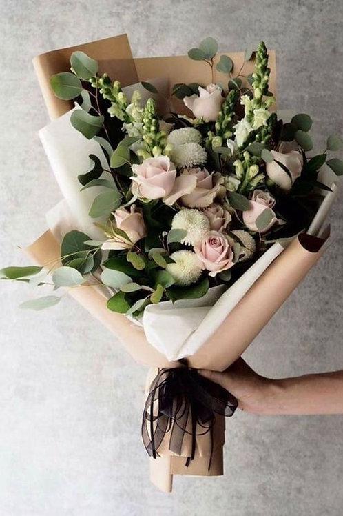 Ramalhete G com mix de flores nobres e campestres e vegetação