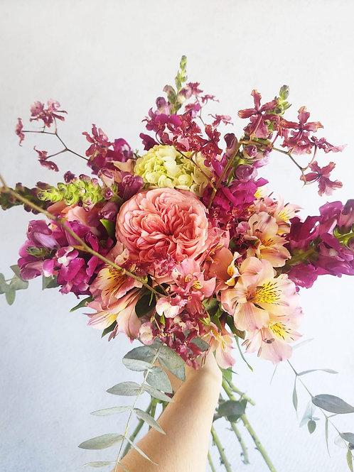 Ramalhete M de flores nobres e toque de orquidea
