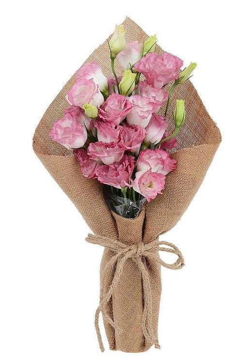 Lisiantus rosa embrulhados na juta