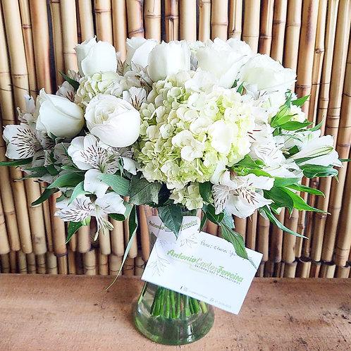 Buque de flores brancas no vaso de vidro