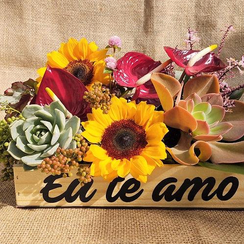 Arranjo com flores e suculentas na caixa temática de madeira com alça